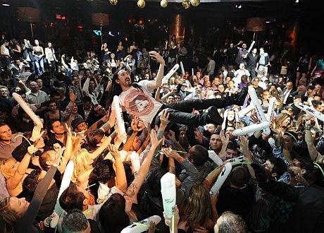 XS - Steve Aoki - crowd surf